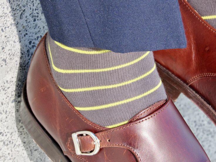 📸Calcetines Bee, media caña gris marengo con rayas y detalles en amarillo. 🐝Tenemos el calcetín perfecto para cada ocasión, ¡encuentra el tuyo! www.lahuelladeldandi.com #DejandoHuella🤘  #Corbatas #Calcetines #Tirantes #Pañuelos #CustomPacks #Elegancia