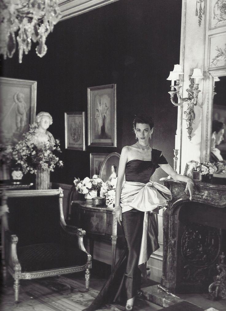 Photo by Cecil Beaton: Dorian Leigh, salon de Reddish House, 1950s