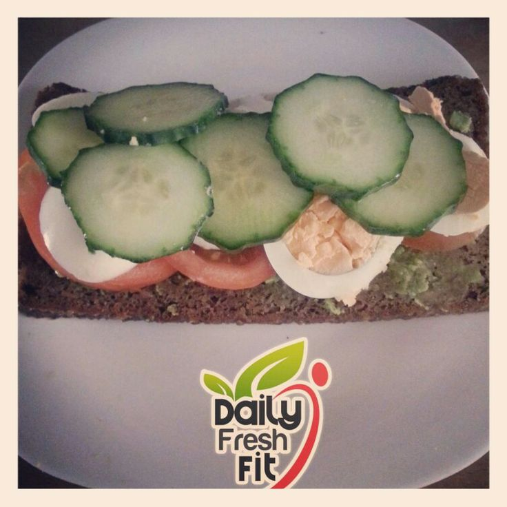 Healthy breakfast Ingredients: Rye bread Avocado Tomato Cucumber Boiled egg  -------------------------------------------------------- Desayuno Saludable  Ingredientes:  Pan de centeno  Aguacate  Pepino  Tomate Huevo cocido