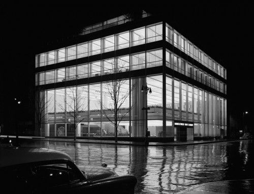 MANUFACTURER'S TRUST COMPANY, FIFTH AVENUE, SKIDMORE, OWINGS & MERRILL, NEW YORK, NY, 1954 GELATIN SILVER PRINT © EZRA STOLLER, COURTESY YOSSI MILO GALLERY, NEW YORKTrust Company, Trust Buildings, Ezra Stoller, Manufacturer Trust, Company Buildings, Manufactured Trust, New York, Gordon Bunshaft, Fifth Avenue