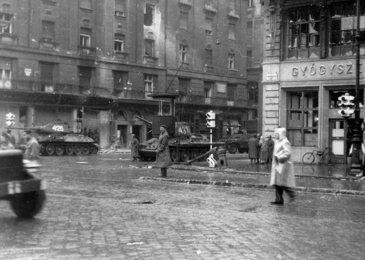 Astoria kereszteződés 1956-ban, szemben a Kossuth Lajos utca a Károly (Tanács) körút felől nézve.