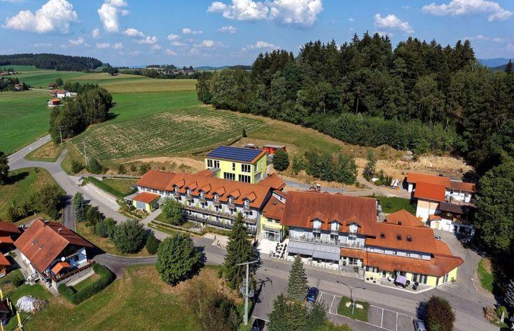 Luftaufnahme vom hunde- & katzenfreundlichen Hotel im Bayerischen Wald (c) Hotel Reibener Hof