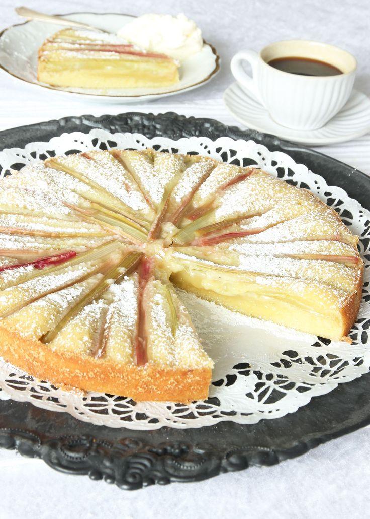 Rabarberkladdkaka. Den sura rabarbern i kombination med den söta, kladdiga kakan är underbar! En gudomligt god kaka!