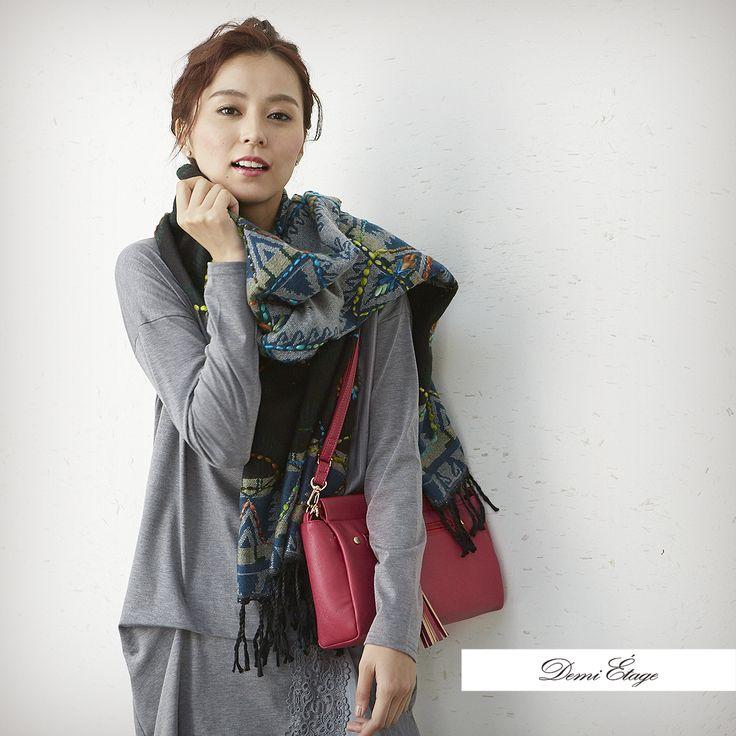 ボリューム感のある首元+アップスタイルとポイントカラーで女性らしさUP #miho_coordinate #大人カジュアル #demi_etage #ドゥミエタージュ #ootd #fashion #autumn #秋コーデ #ストール #ビビットカラー