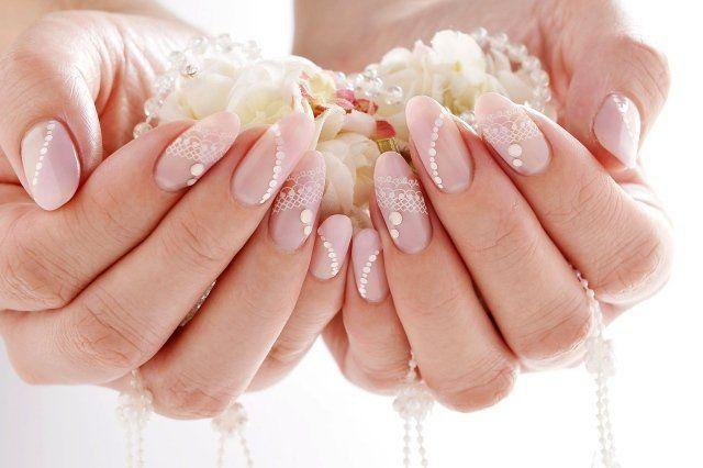 nail art mariage base rose décorée de strass