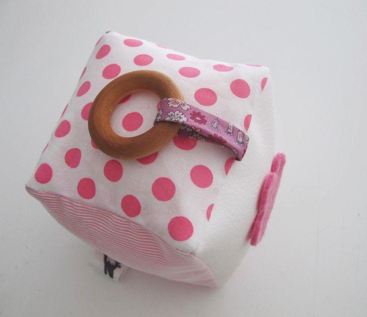 Cube d'éveil de différentes matières et tissus assortis, et son anneau de dentition : Jeux, peluches, doudous par lelouppointu
