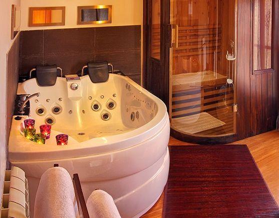 MADRID, CHINCHON. Apartamentos Chinchón Spa. Son 2 apartamentos de alta calidad para una #escapadaRomántica con #spa. Cada uno cuenta con dormitorio, baño, cocina equipada, salón comedor con diván tantra y zona spa con bañera de hidromasaje, #jacuzzi y #saunaFinlandesa. Están muy bien decorados y cuentan con todas las comodidades para que disfrutes en pareja con todos los servicios de un hotel pero toda la intimidad de un hogar. Situados a 400 metros de la famosa Plaza Mayor de #Chinchón.
