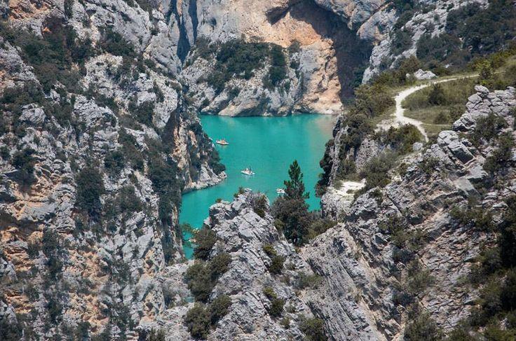 Eine Schlucht, die an den Grand Canyon erinnert, aber auch karibische Assoziationen weckt –und das mitten in Europa? Wer es nicht glaubt, fährt nach Verdon in der französischen Provence. Und reibt sich die Augen.