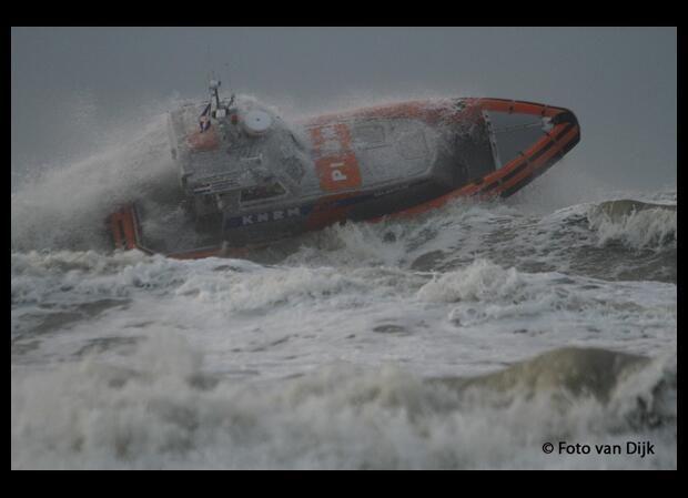 KNRM Katwijk aan Zee @PRKNRMKatwijk @knrm Reddingboot Valentijn komt tijdens stormoefening op 1 motor weer veilig aan op strand @gemeentekatwijk