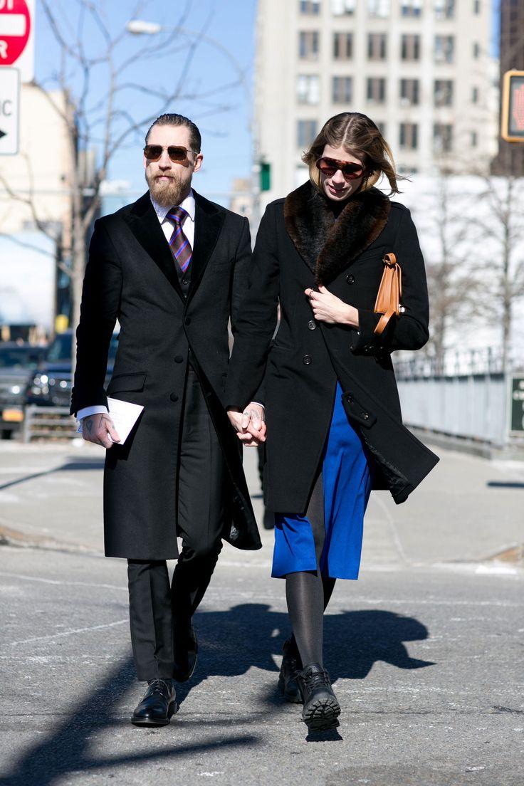 Impossibile non notare questa coppia, super-elegante, con dei cappottini slim rigorosamente black.  -cosmopolitan.it