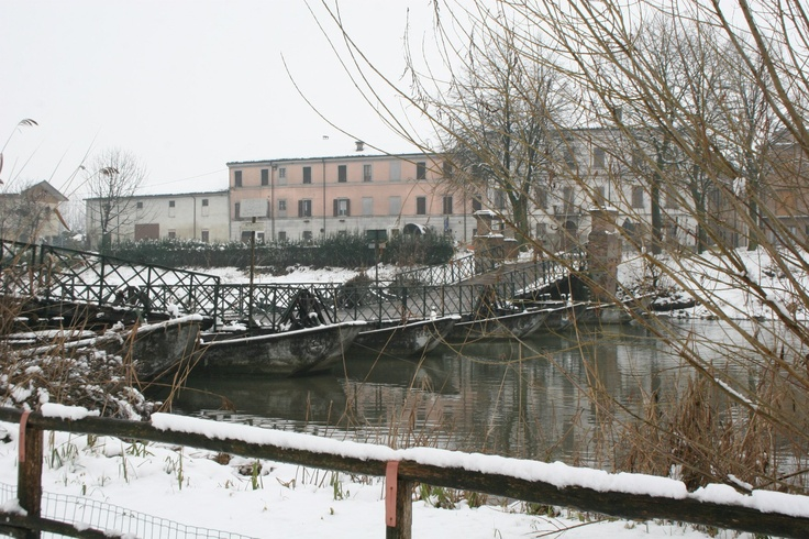 Neve sul ponte di barche a Commessagio (Mantova), Snow on the pontoon bridge in Commessaggio, (Mantua)  #Mantova #Mantua #cultura #culture #Italia #Italy #neve #snow
