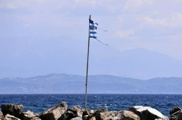 Un drapeau grec flotte sur le rivage, au sud-ouest d'Athènes, le 9 août 2015