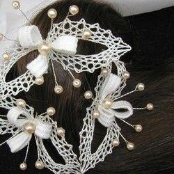 Použitý materiál: pravé hedvábí v přírodní barvě, drátek, voskové perle…