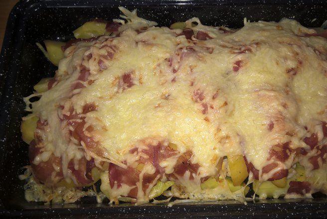 Cartofi fierti la cuptor, cu pui, sunca si cascaval