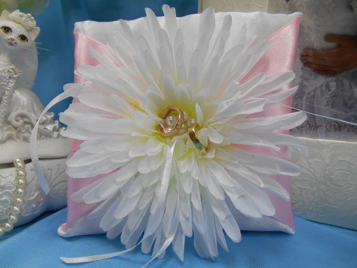 Подушечка для колец бело-розового цвета с крупной хризантемой ручной работы и жемчужной борошью. Цена:330 руб. #свадьбы #подушечка #ручнаяработа #декор #хризантема #белый #розовый #soprunstudio