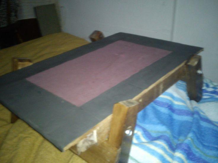 Mesa plegable para la cama, hecha con retazos de una cama.