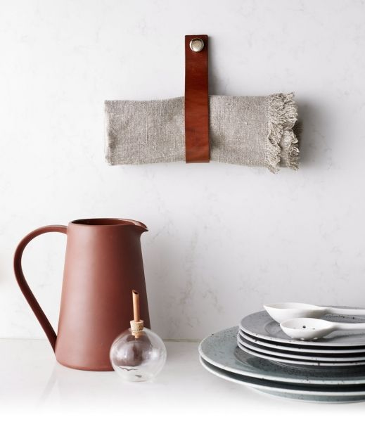 Kožené úchytky a háčky jsou k dostání u švédského výrobce Bällingslov, www.ballingslov.se, u nás najdete výrobce například na Fleru, cena od 55 Kč/ks, www.fl er.cz/shop/s-kuzi-na-trh