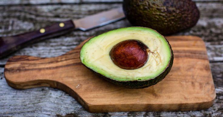 Es ist wirklich nur eine Frage der Zeit, bis Avocadoöl das Kokosöl von dem Beauty-Thron stößt. Was das Superöl alles für deine Haut tun kann ► ELLE