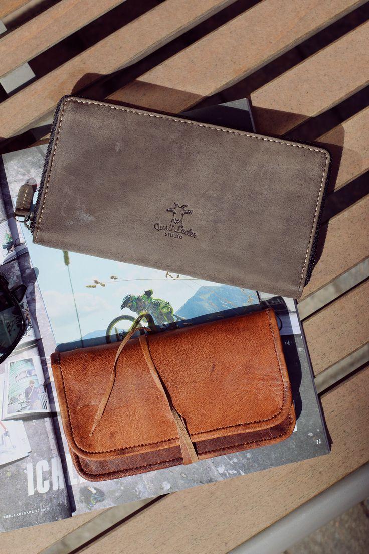 """Reißverschluss öffne Dich! """"Cara"""" ist die optimale Geldbörse für alle, die ihre Wertsachen immer sicher wissen wollen. Das Portemonnaie aus robustem und hochwertig verarbeitetem Büffelleder verschließt Dein Geld, Deine Karten und Dein Ausweis sicher hinter einem Reißverschluss. Und auch """"Bradley"""" punktet als Tasche für Tabak oder andere Utensilien - Lederportemonnaie - Lederaccessoire - Gusti Leder - 2A16-22-6 / A2"""