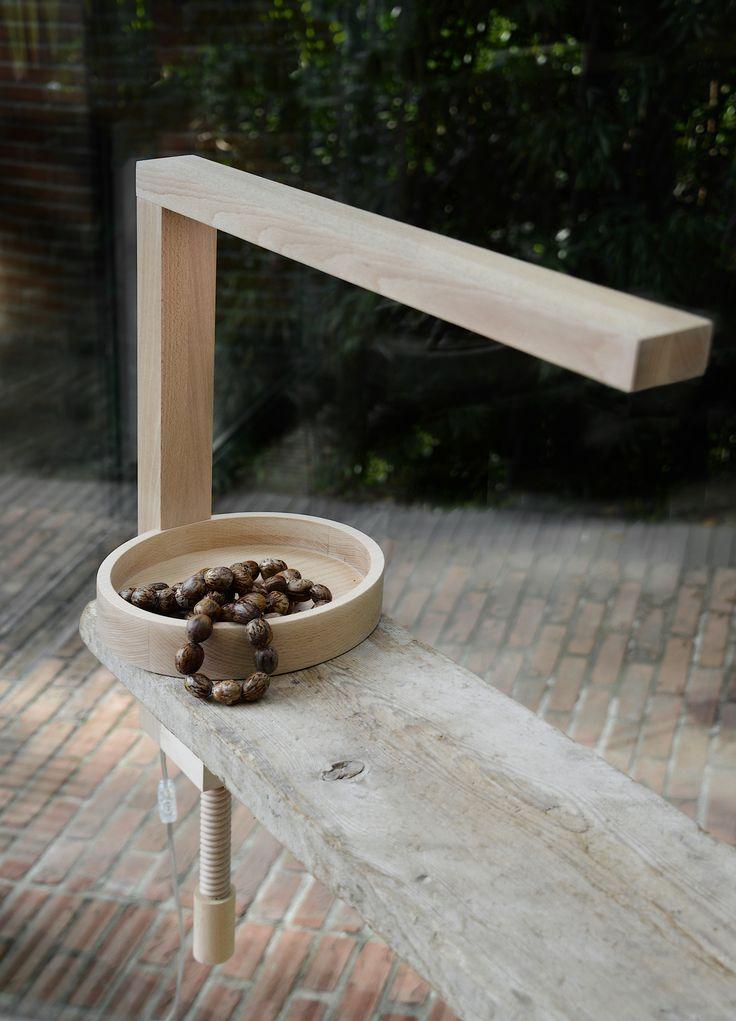 Lampada a led mod. VIT tutta in legno massello di faggio trattato con olio ecologico per dare protezione alla superficie e valorizzare l'effetto naturale del legno grezzo.