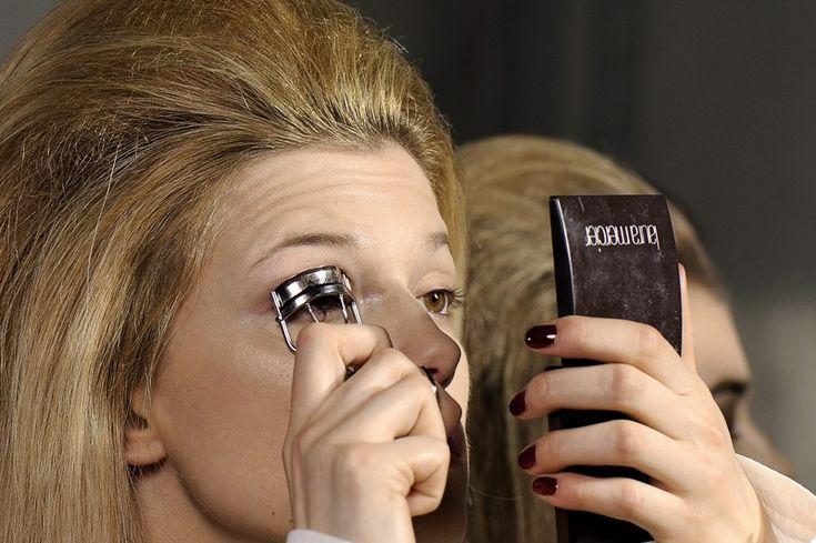 """Oggetto del desiderio di molte appassionate di make up, l'uso del piegaciglia è relegato per le grandi occasioni. Quando non addirittura dimenticato. Con la nostra mini guida imparerai a incurvare le ciglia come una top model. Per effetti """"ciglia finte"""""""
