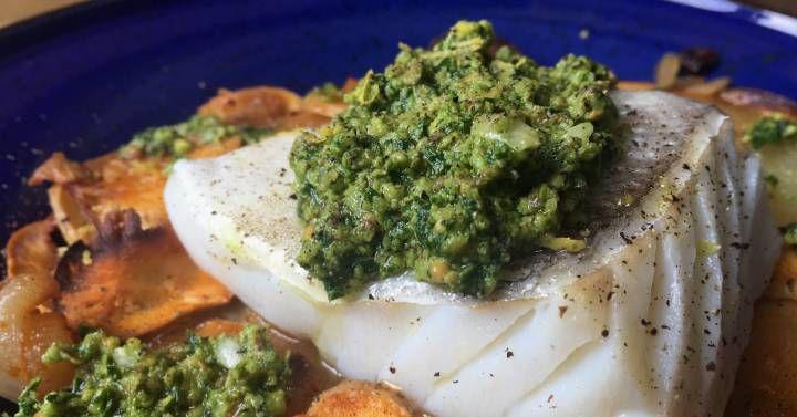 Un taco de bacalao jugoso y al punto sobre un lecho de verduras especiadas y doradas, con una salsa verde que le aporta un toque fresco al conjunto  no te has muerto, pero te sentirás en el cielo.