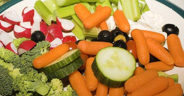 Plan de comidas para bajar el colesterol. Comienza tu plan de comidas con una lista determinada a la hora de hacer las compras, y te será mucho más sencillo seguir una dieta de comidas bajas en colesterol. Una abundante selección de frutas y vegetales hace el planeamiento de las comidas mucho más sencillo. Hay muchas recetas tentadoras disponibles con vegetales como ingredientes ...