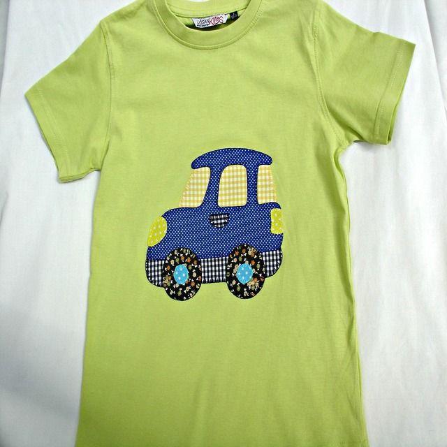 Camiseta con coche. Camiseta verde de algodón con un dibujo de un coche, hecho de aplicaciones patchwork de telas de algodón también, y festoneado a mano con hilos dmc.