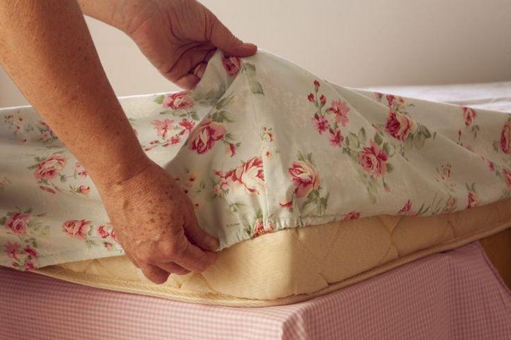 Colocando elástico no lençol