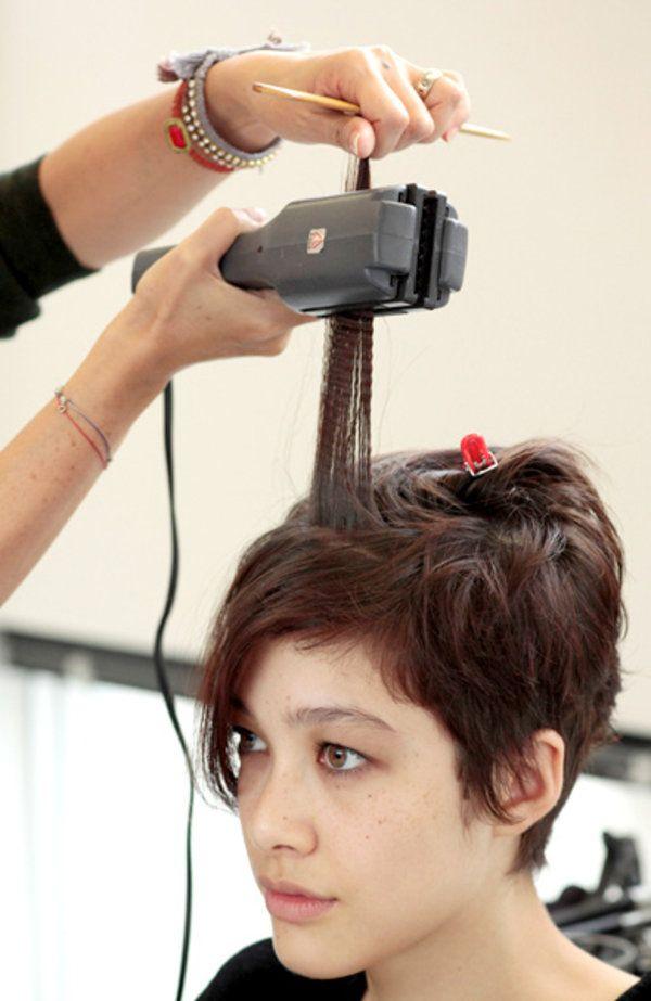 まず、髪全体を4カ所にブロッキングして、ややハードなタイプのスタイリング剤を前髪を中心につける。    次にワッフルアイロンで前髪に小さめのウェーブをつける。フロント部分は、毛先はカールせず根元だけにアイロンを当てること。  ストレートヘアの人は前髪だけでなく後頭部にかけてもアイロンをあてると、フォルムが作りやすくなる