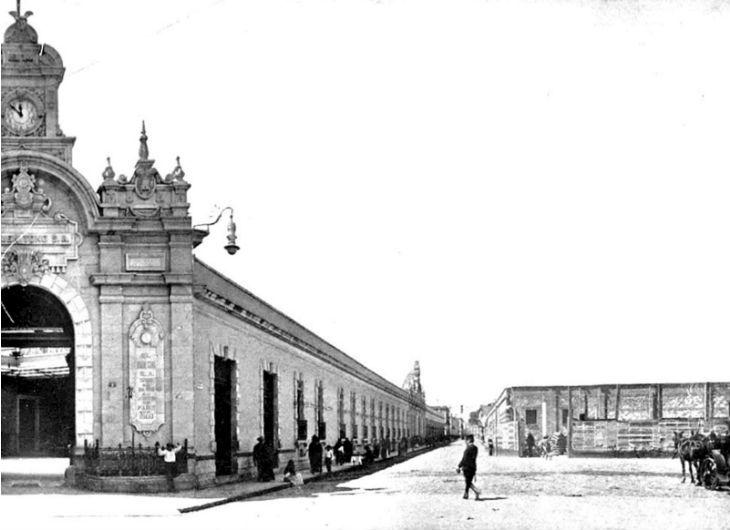 La calle de San Antonio, hoy llamada Ernesto Pugibet, vista desde la esquina con Buen Tono, antiguo Callejón de Chiquihuiteras, en 1910  Colección Villasana-Torres