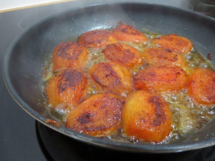 Tarte tatin de tomates confites : http://www.lagrignoteuse.com/2015/10/18/tarte-tatin-de-tomates-confites/