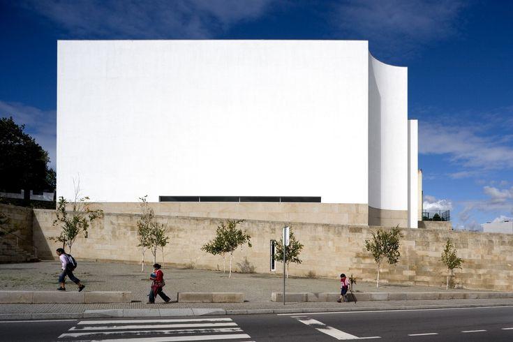 Em foco: Álvaro Siza,Church and P. Centre   Marco de Canavezes - 1997/2006. Image © Fernando Guerra   FG+SG