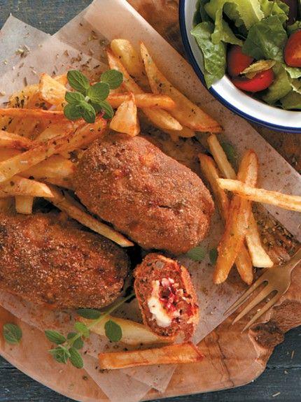 Μπιφτέκια πανέ γεμισμένα με παστουρμά, κασέρι και ντομάτα