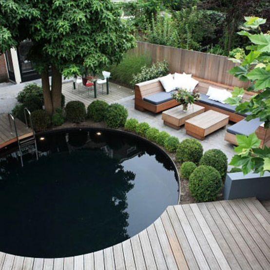 Prachtige ronde zwemvijver (zwembad) met vlonders in de tuin. Lekkere loungeset erbij. We love it. pool in the garden. joucke van de pol