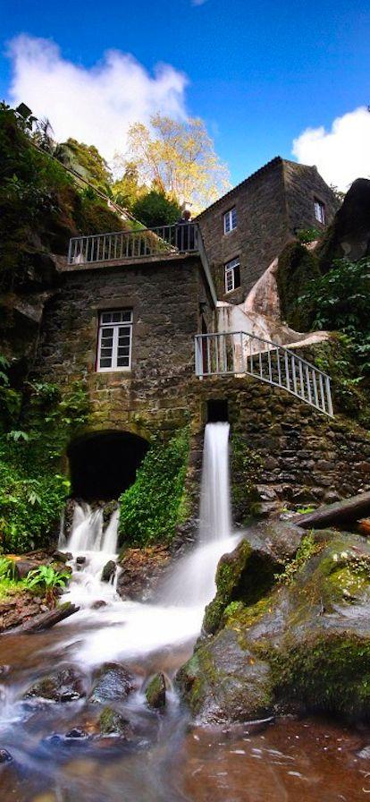 Pitoresco moinho de água em São Miguel, nas Ilhas Açores, Portugal.