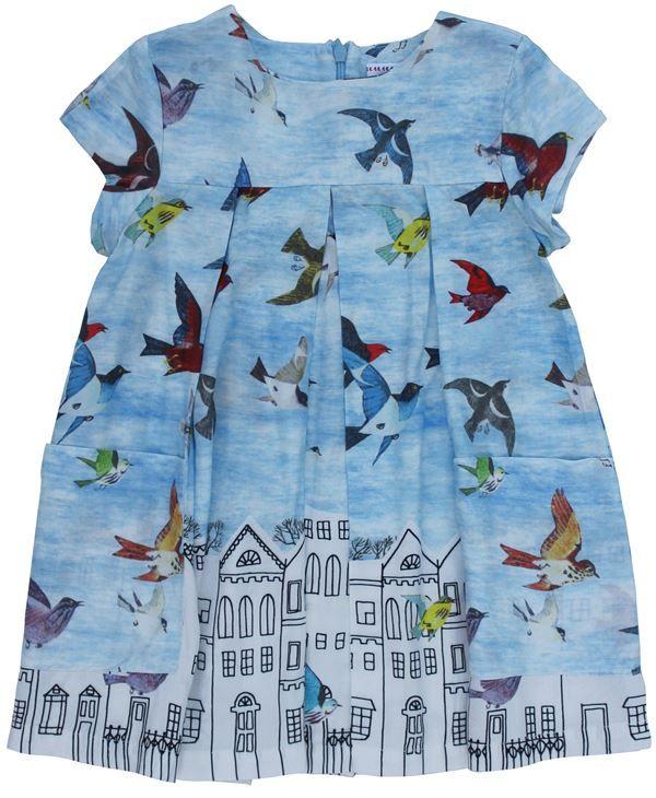 Morley - hemelsblauwe jurk vogels huisjes - Lieve jurk in hemelsblauw met print van vogels en huisjes. Korte kaprmouwtjes en wijdvallend model. Blinde rits op de rug. Twee opgestikte zakken vooraan. Samenstelling: 100% viscose.