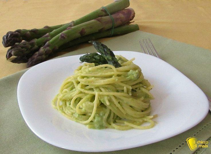Pasta al pesto di asparagi (ricetta light). Ricetta per un primo facile, veloce e leggero: spaghetti con pesto di asparagi e mandorle, cremoso e saporito