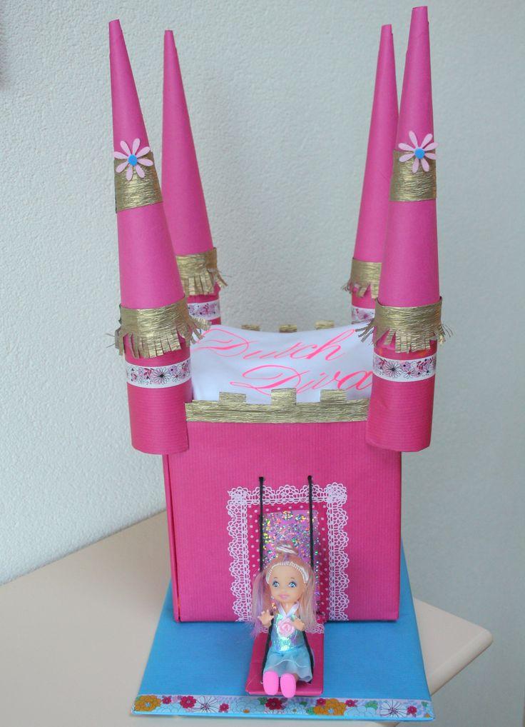 Prijs 24,95 Kasteel met 14 Pamperluiers maat 2, luxe roze doosje en witte romper met tekst 'Dutch Diva' maat 62/86