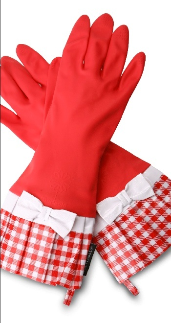 Red gingham kitchen gloves, and a bunch more cute gloves and aprons at this site - love!