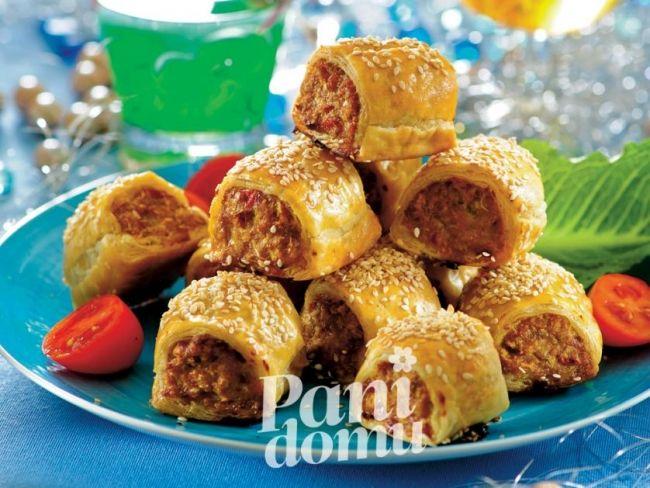 Paszteciki będą bardziej smakowite, gdy ciasto francuskie przed nałożeniem masy wyłożysz plasterkami sera topionego