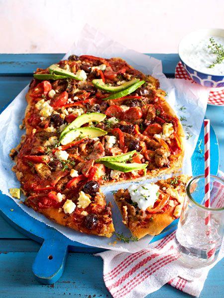 Italien trifft Griechenland: Pizzateig wird mit Fleisch, Zwiebeln, Paprika und Oliven herzhaft belegt. Als Dip gibt's selbst gemachtes Tsatsiki. So gut!