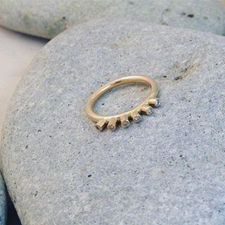 Liten kaxig briljantring. Omarbete av kundens gamla guld #ekoguldsmed #handgjort #hantverk #smycken #vigselring #förlovningsring #öland