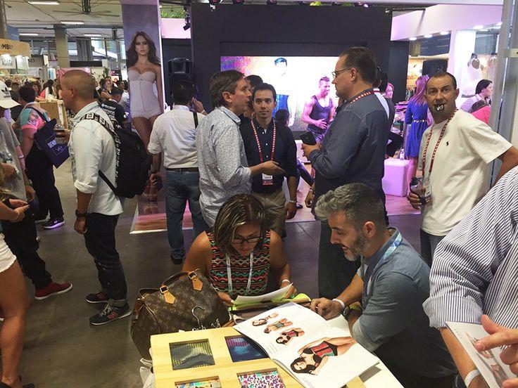 Muestra de catálogos y texturas de nuestros productos a los clientes de #Colombiamoda 2015