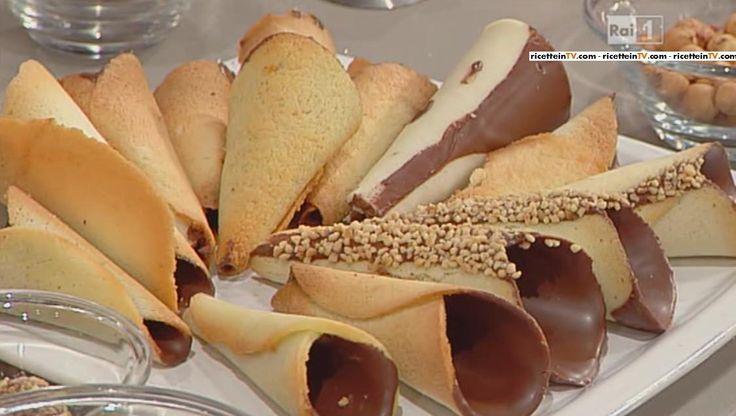 E' il momento del dolce, del cioccolato d'autore diGuido Castagna, che quest'oggi propone un cono non da gelato, ma da dolce, ovvero il cono dolce di Carnevale. Di seguito ingredienti e procedimento.Prepariamo la cialda mettendo in una ciotola 100 gr di burro, 100 gr di zucchero a velo, 100 gr di farina e 100 gr …