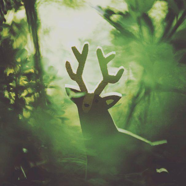 En lo profundo del bosque viven todavía algunos espíritus animales... cuál es el tuyo? . . Deep down in the forest you can still find your animal spirit... Do you already know yours? . .pic by @karobiphoto #lafabrica #notonlytoys #nosolojuguetes #deer #ciervo #handmadetoys #juguetesdemadera #jugueteartesano #theforest #elbosque