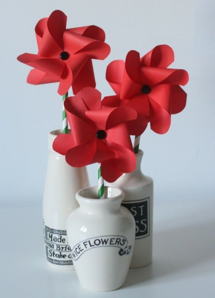 moulins à vent artisanaux transformés en fleurs rouges en pots blancs