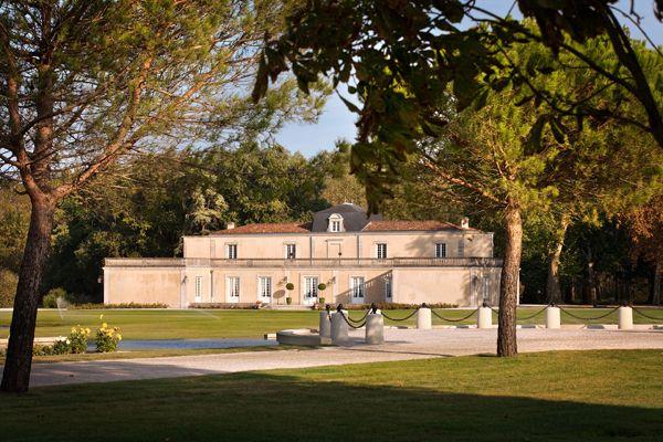 Venez découvrir le château Dauzac à Margaux, pour cela il vous suffit de réserver votre visite sur le site Wine Tour Booking