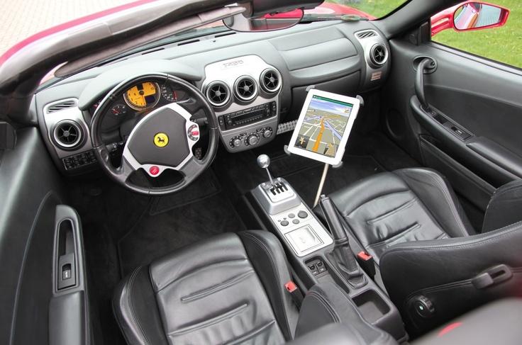 Schon praktisch so ein iPad Navi im Auto, vor allem mit unserer stabilen, TÜV-geprüften und sicheren Sir James Edelstahl Schwanenhals iPad KFZ Halterung.