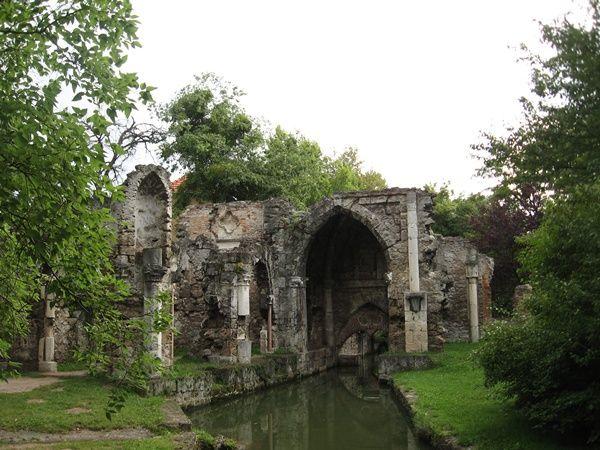 Kastélykert kastély nélkül: Tata